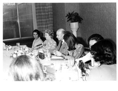 """Alfonso García Robles durante una conferencia y desayuno efectuado en la SRE, grupo """"20 Mujeres y un Hombre"""""""