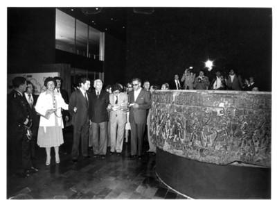Adolfo Suárez presta atención al guía quien le muestra la Piedra de Tizoc, interior del Museo Nacional de Antropología e Historia