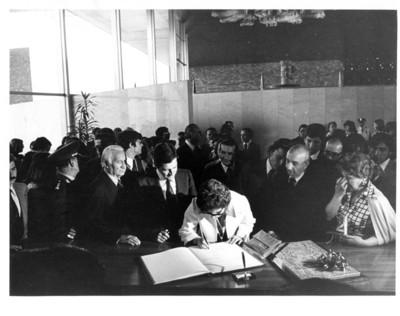 Amparo Illana Elortegui firma el libro de visitas en el Museo Nacional de Antropología