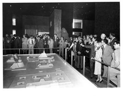 Adolfo Suárez y su comitiva observan la maqueta de la Ciudad de Tenochtitlán en el Museo Ncional de Antropología