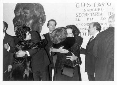 Santiago Roel García y esposa, son felicitados durante ceremonia en la Secretaría de Relaciones Exteriores