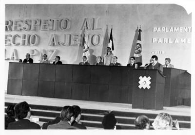 Personalidades en el podium y un orador, III Reunión del Parlamento Latinoamericano Europeo realizada en México
