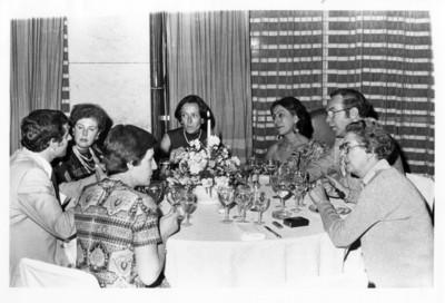 Diplomáticos conversan en torno a la mesa durante cena ofrecida por la SRE a parlamentarios canadienses