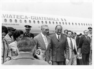 Luis Echeverría Álvarez recibe a Kjell Eugenio Laugerud, presidente de Guatemala