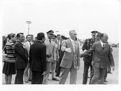 Kjell Eugenio Laugerud presidente de Guatemala, es recibido por Luis Echeverría Álvarez en el aeropuerto de México