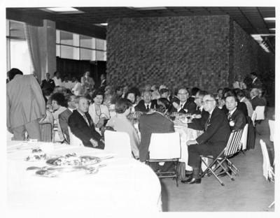 Grupo de delegados japoneses durante comida de la Unión Interparlamentaria