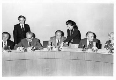 """Mujer entrega documento a José S. Gallástegui durante """"Reunión de la Comisión mixta"""""""