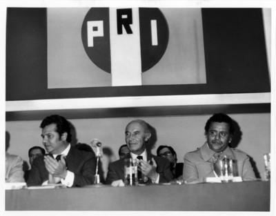 Alfonso García Robles, Porfirio Muñoz Ledo y Augusto Gómez Villanueva aplauden durante evento, auditorio del PRI