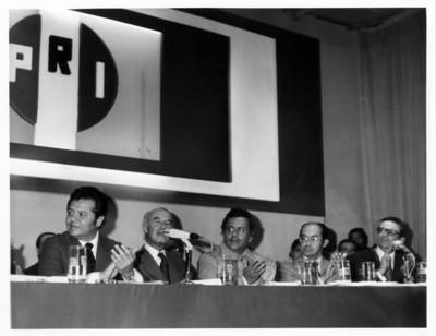 Alfonso García Robles ofrece discurso durante evento en el auditorio del PRI