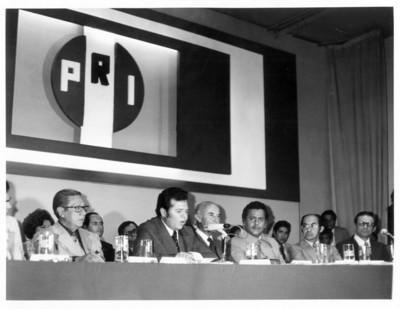 Porfirio Muñoz Ledo habla frente al micrófono durante la Conferencia de las 200 medallas en el auditorio del PRI