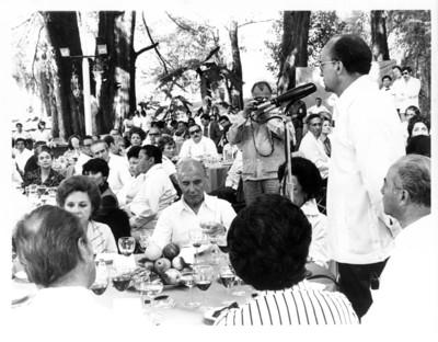 Luis Echeverría pronuncia discurso durante comida organizada por los miembros del Servicio Exterior Mexicano