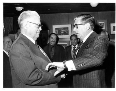Santiago Roel Y Fidel Velázquez se saludan durante reunión del comité de la CTM