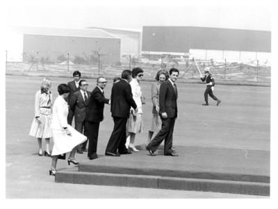 Adolfo Suárez y su comitiva caminan sobre plataforma a su llegada al aeropuerto de la ciudad de México