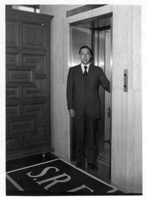 Manuel Tello de pie en el asecensor de la S.R.E.