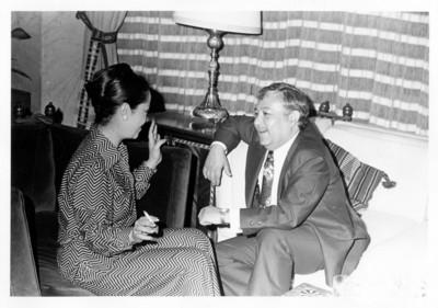 Hombre y mujer conversan en interior de la SRE