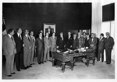 Santiago Roe de pie reunido con empresarios dentro de su oficina