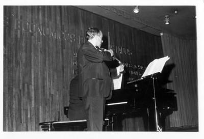 El violinista polaco-mexicano Henryk Szeryng en concierto