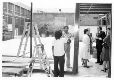 Santiago Roel conversa con la señora de Galsworthy y acmopañantes en patio de la SRE