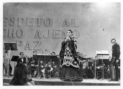 Lola Beltrán y músicos en concierto
