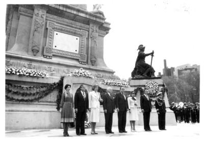 Walter Sheel y esposa con altos funcionarios en guardia de honor ante el monumento a la Independencia