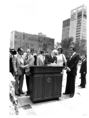 Walter Scheel firma durante evento realizado en el Monumento a la Independencia