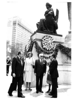 Walter Scheel acompañado de Santiago Roel y su esposa en evento efectuado en el Monumento a la Independencia