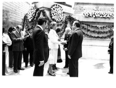 Señor y señora Scheel saludan de mano a diplomacia mexicana durante evento realizado en el Monumento a la Independencia