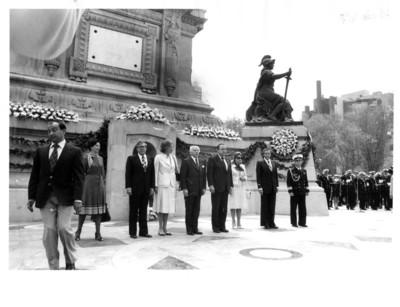 Visita de Walter Scheel presidente de la República Federal Alemana al monumento de la Independencia