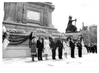Walter Scheel y su esposa junto a Santiago Roel durante su visita al Monumento de la Independencia