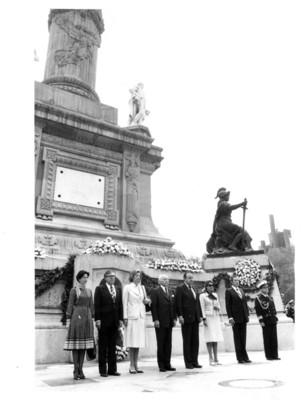 Walter Scheel y Santiago Roel acompañados por sus esposas permanecen de pie bajo el Monumento a la Independencia