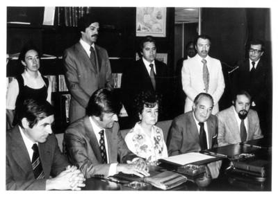"""Norman Dencker posa sus manos sobre escritorio durante el """"Acuerdo entre México y la RFA sobre Intercambio de jóvenes técnicos y científicos"""""""