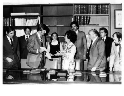 Norman Dencker revisa documentos de pie junto a María Emilia Téllez durante reunión en la SRE