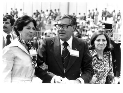 Santiago Roel acompañado de su esposa en el aeropuerto internacional