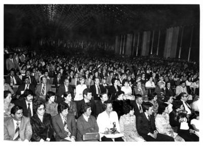Gente observa concierto de Lola Beltrán, dentro del salón Juárez de la S.R.E.