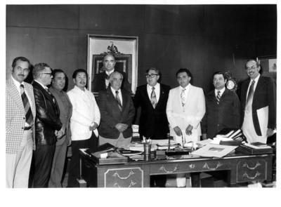 Santiago Roel reunido con miembros de la Confederación Nacional Ganadera en la S.R.E., retrato de grupo