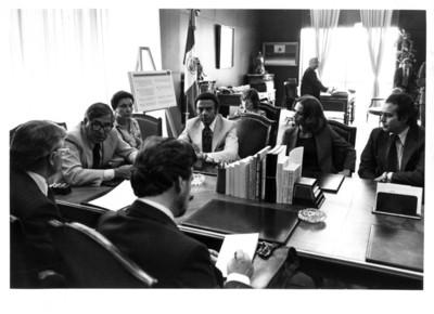 Santiago Roel conversa con Andrew Young y su comitiva al interior de oficina en la SRE