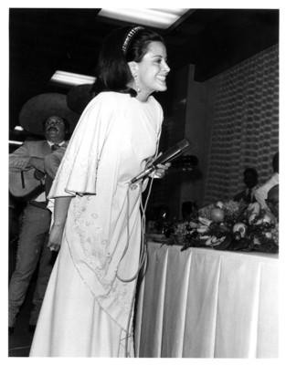 María de Lourdes se dispone a interpretar canción durante banquete en honor al Presidente de la República Federal Alemana
