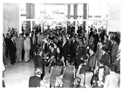 Adolfo Suárez González, es recibido en el aeropuerto por el gobierno mexicano