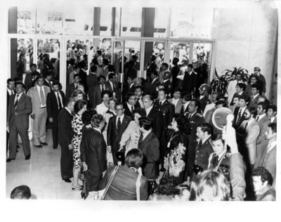 Adolfo Suárez González y esposa, es recibido en el aeropuerto por el gobierno mexicano