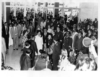 Adolfo Suárez González y esposa, son recibidos en el aeropuerto por el gobierno mexicano