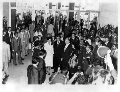 Díaz Ordaz habla con López Portillo y Santiago Roel, durante llegada de Adolfo Suárez González