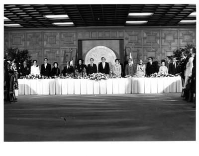 Adolfo Suárez junto a José López Portillo y su comitiva, permanecen de pie durante comida efectuada en la cancillería