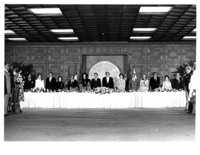 José López Portillo y su comitiva acompañan a Adolfo Suárez durante su visita a México, banquete ofrecido en la SRE