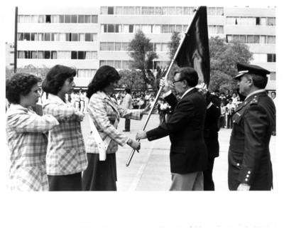 Santiago Roel entrega bandera a escolta de empleadas de la Secretaría de Relaciones Exteriores