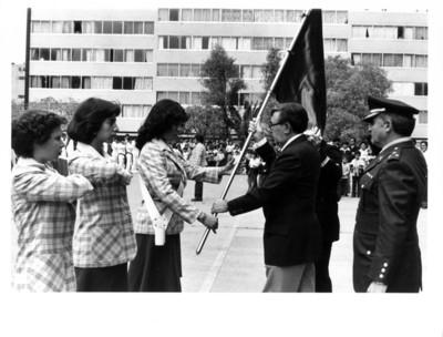 Abanderada recibe bandera de manos del Secretario de Relaciones Exteriores Santiago Roel