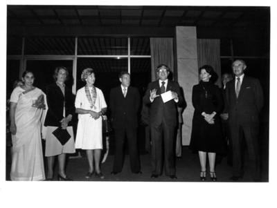 Santiago Roel sostiene documento junto a C. Maxwell Stanley durante la recepción ofrecida a los miembros de la fundación Stanley