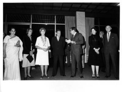 Santiago Roel conversa con Maxwell Stanley durante recepción ofrecida a los miembros de la fundación Stanley
