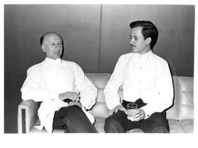 Integrantes del dúo Monzón conversan sentados en sillón