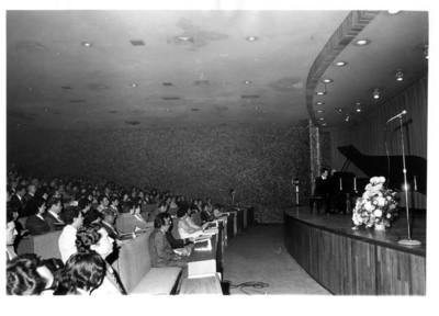 Gente presencia al dueto Monzon, en concierto