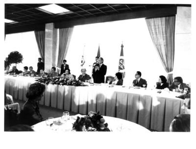 Hombre toma la palabra ante los Parlamentarios Latinoamericanos, banquete oficial
